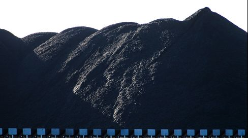 Coking Coal Contracts Seen Slipping to Record Low, Survey Shows